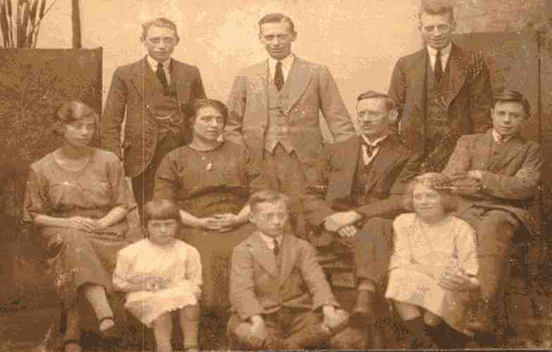 Old photo of family of ten